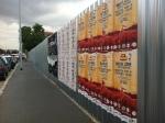 La recinzione di cantiere con i cartelli pubblicitari